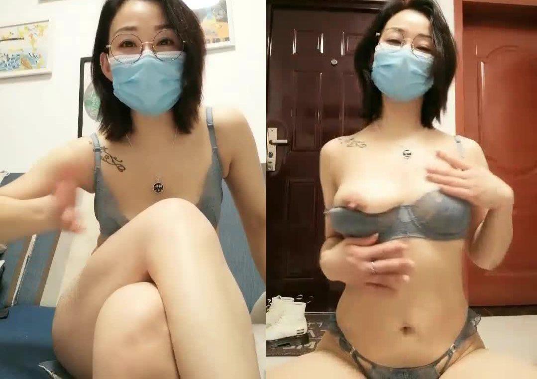 【板娘爱健身】2月20~24日4部露奶露逼诱惑道具手指抠逼 (4)编号10058